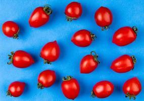 bovenaanzicht van patroon van tomaten op blauwe achtergrond