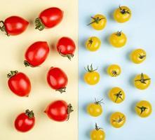 bovenaanzicht van patroon van rode en gele tomaten op gele en blauwe achtergrond