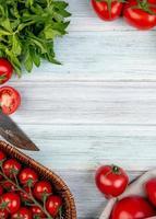bovenaanzicht van groenten als tomaat groene muntblaadjes met mes op houten achtergrond met kopie ruimte foto