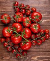 bovenaanzicht van tomaten op houten achtergrond foto