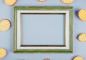 bovenaanzicht van chips rond een frame