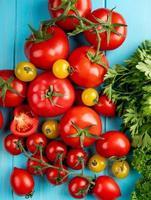 bovenaanzicht van tomaten en koriander op blauwe achtergrond foto
