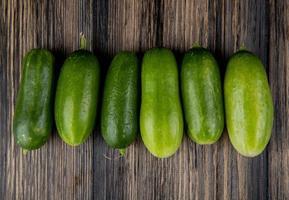 komkommers op een donkere houten achtergrond foto