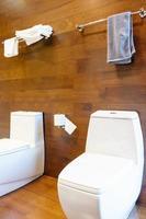 keramische toiletpotten in de badkamer foto