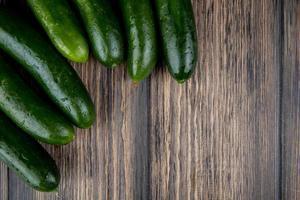 komkommers op een tafel foto