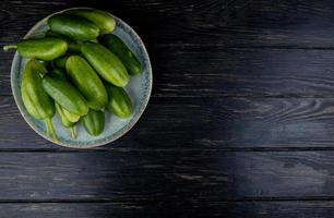 komkommers in plaat op houten achtergrond met kopie ruimte