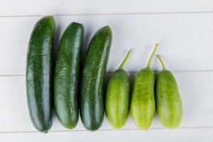 komkommers op een witte houten achtergrond foto