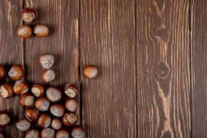 bovenaanzicht van hazelnoten op een houten achtergrond foto