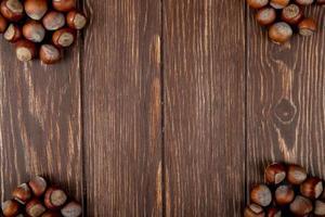 bovenaanzicht van hazelnoten in de dop op houten achtergrond met kopie ruimte foto