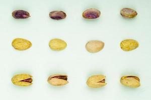 bovenaanzicht van pistachenoten op een groene achtergrond foto