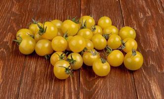 gele tomaten op een houten achtergrond foto