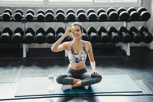 jonge vrouw op yogamat