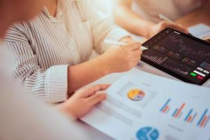 zakenman handelaar en team kijken op tablet foto