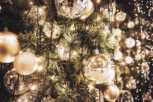 kerstboom, ornamenten en lichten foto