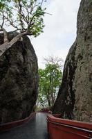 pad tussen gigantische rotsen