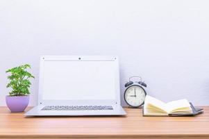 laptop en andere voorwerpen op het bureau
