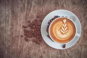 een kopje art latte of cappuccino met retro filtereffect