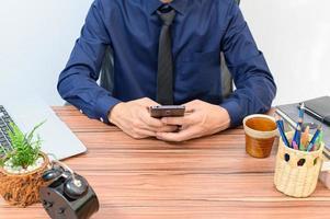 zakenman aan zijn bureau foto