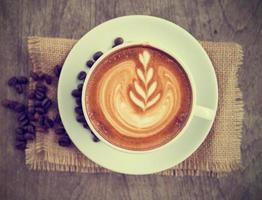 een kopje art latte of cappuccino met retro filtereffect foto