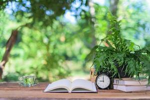 boeken en wekker op het bureau