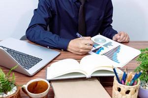 zakenman werkt aan zijn bureau