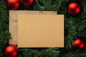 vrolijk kerstfeest wenskaart en envelop mockup sjabloon