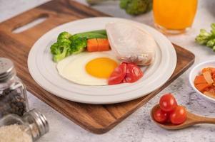 ontbijtbeleg van kip, gebakken eieren, broccoli, wortelen, tomaten en sla