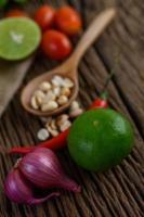 Pittig eten in Thaise stijl met knoflook, citroen, pinda's, tomaten en sjalotten