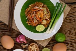 plaat van pad thai garnalen met limoen en eieren