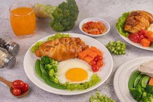 verse eiercroissant en plantaardig ontbijt