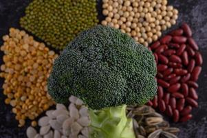 peulvruchten met broccoli op een zwarte achtergrond