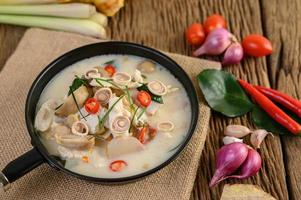 tom kha kai soep met kaffir limoenblaadjes, citroengras, rode ui, laos en chili