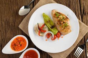 gegrilde kip met gegrilde groenten en salade foto
