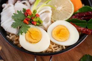 noedels met inktvis en gekookt ei
