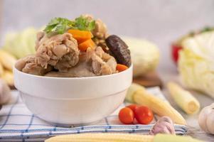 Varkensgehaktballensoep omgeven door ingrediënten foto