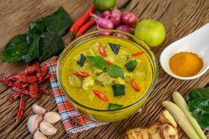 pittige groene curry in een kom met kruiden