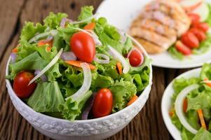 salade op een houten tafel foto