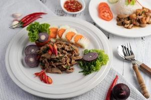 roergebakken varkensbasilicum met wortelen, komkommer en ui