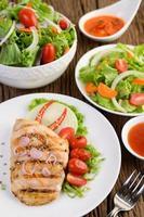 gegrilde kip met gegrilde groenten en salade