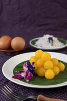 thong yod, thais dessert op een bananenblad