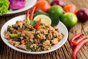 Varkensgehakt Salade Met Kruiden Op Een Houten Tafel
