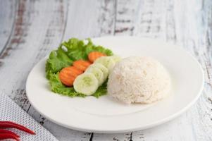 gestoomde rijst met komkommer, salade en worteltjes