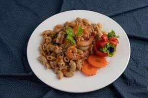 garnalen en macaroni met wortelen, tomaten en salade