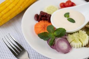 ingrediënten voor saladedressing in kopjes foto