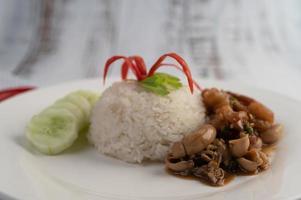 rijst gegarneerd met roergebakken basilicum met inktvis en garnalen