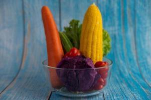 verse tomaten, wortelen, komkommers, uien en kool