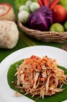 Thaise papajasalade met bananenbladeren en verse ingrediënten