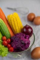 tomaten, wortelen, komkommers, uien, eieren en paarse kool