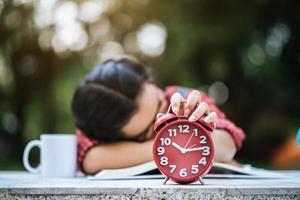 jong meisje liggend op het bureau na het lezen van een boek buiten
