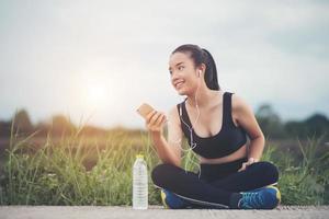 fitness tiener met koptelefoon luisteren muziek tijdens haar training foto